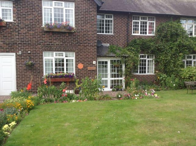 Family home in quiet rural area. - Warrington - Bed & Breakfast