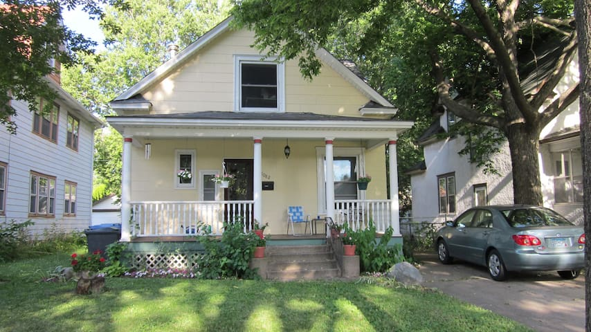 Entire Second Floor Close to Campus - Minneapolis - Bed & Breakfast
