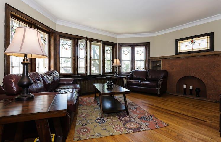 Suburban Chicago Bungalow- Art Nouveau Style - Berwyn - Bangalô