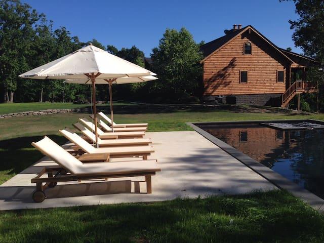 Majestic log home, heated pool/spa - Lagrangeville - Casa