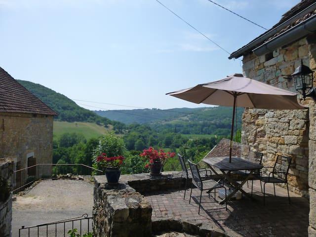 Lovely Comfortable Stone Cottage, Stunning Views - Ambeyrac - Hus