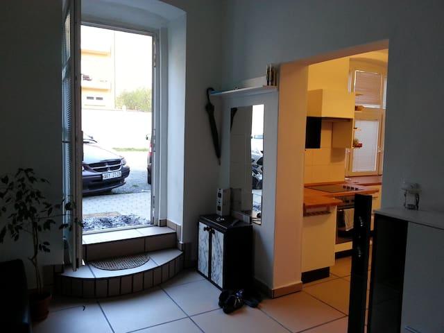Quiet flat with parking garden - Prag - Lägenhet