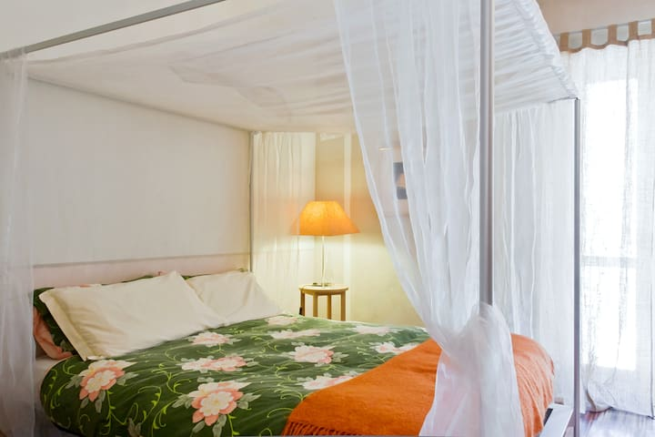 The Orange Room - four poster bed - Montafia - Bed & Breakfast