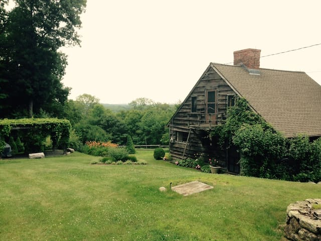 The House on the Hill - Litchfield - Hus