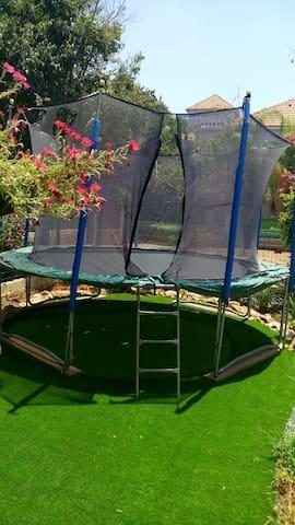 5 bedroom villa with trampoline - Yavne - Casa de camp
