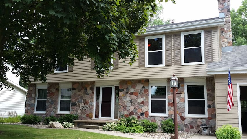 Large Home Year-Round or for EAA! - Appleton - Casa